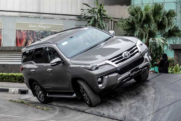 Toyota_Fortuner_VRZ_4x4-Indonesia-1